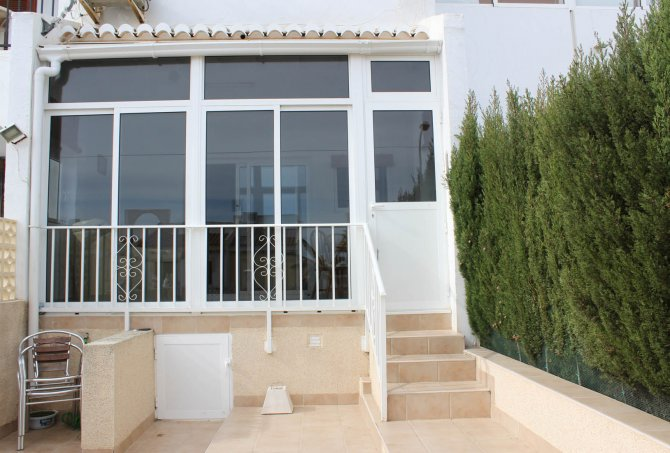 Well maintained ground floor apartment  with large communal pool,