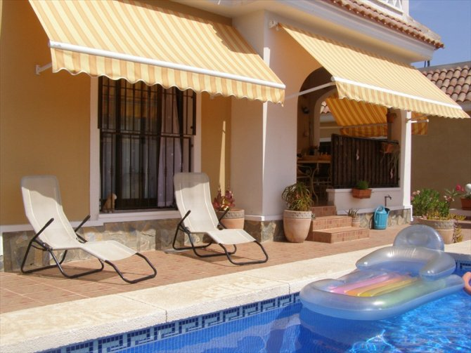 LONG TERM RENTAL. Beautiful south facing detached villa with private pool