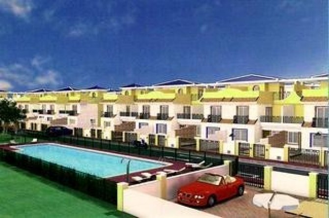 3 bed/2bath townhouses with communal pool only 100 metres from the beach at Las Higuericas