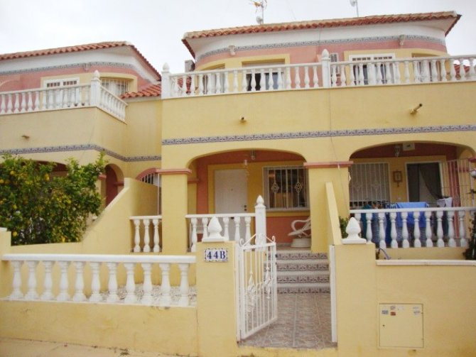 Spacious townhouse with lovely communal garden & pool
