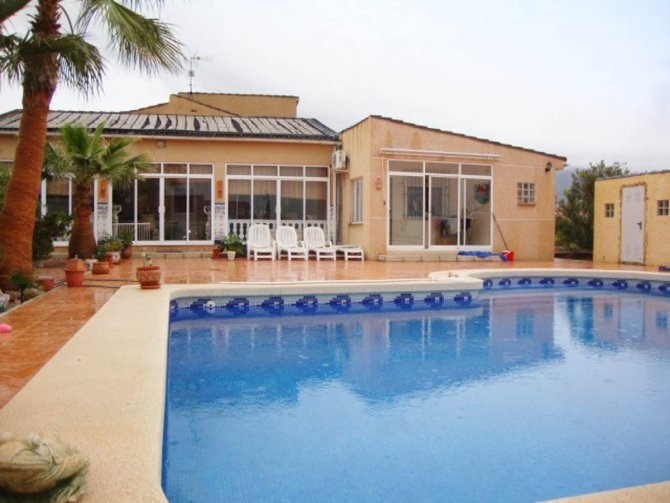 Stunning villa set in 2400 m2 plot with a private pool and a self-contained apartment