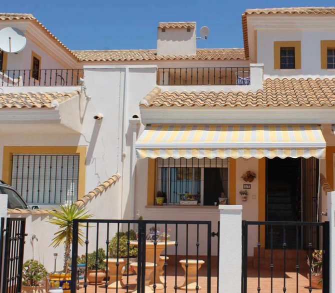 LONG TERM RENTAL (Min. six months) - Well-presented townhouse, communal pool