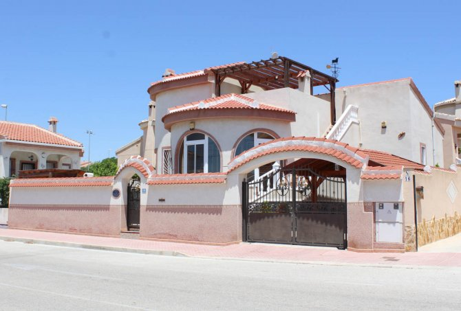 Well-presented villa with private pool & separate 2 bed accommodation