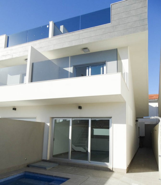 Townhouses with private pool 150m from the beach