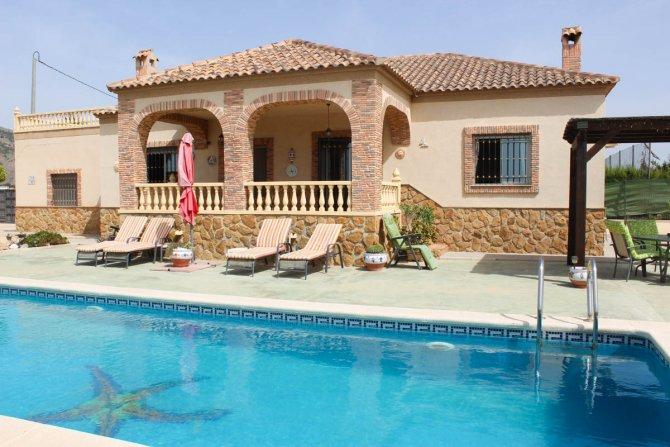 Superb villa with 2 garages, pool, tennis court & fabulous views