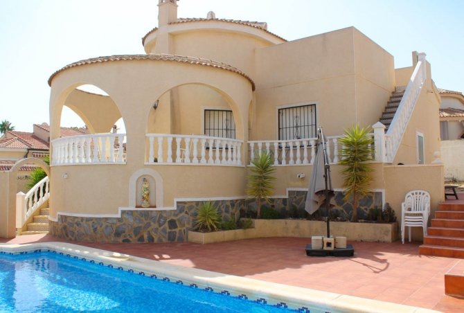 Villa with private pool & off-road parking, easy walking distance to amenities