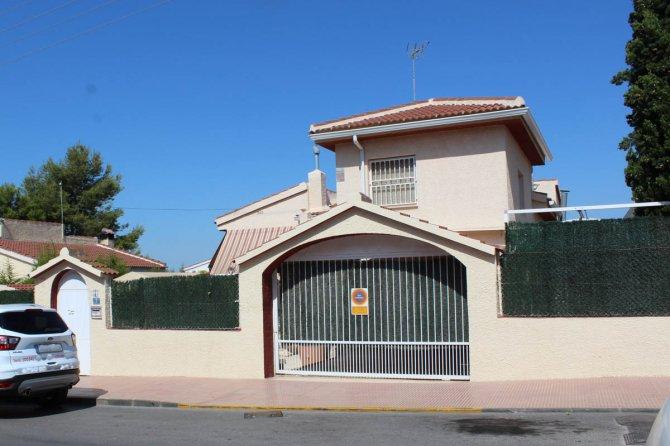Sunny villa on edge of Ciudad Quesada village with garage & private pool