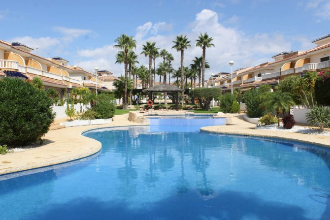 Well-presented apartment in the prestigious Albamar complex in Doña Pepa