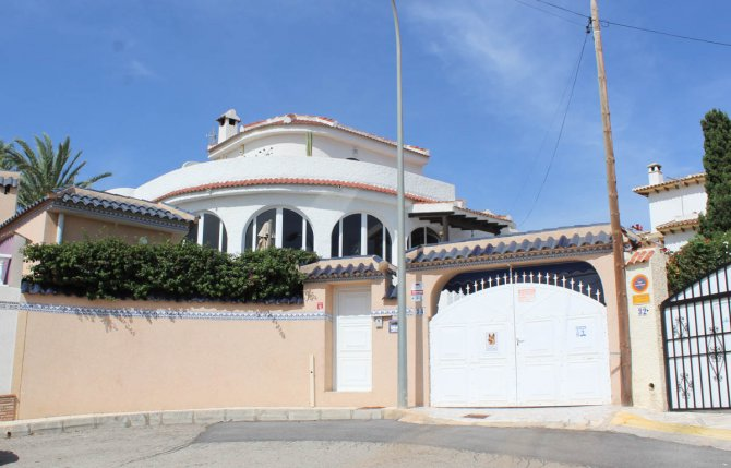 Impressive villa with heated private pool, large outdoor kitchen and fabulous views
