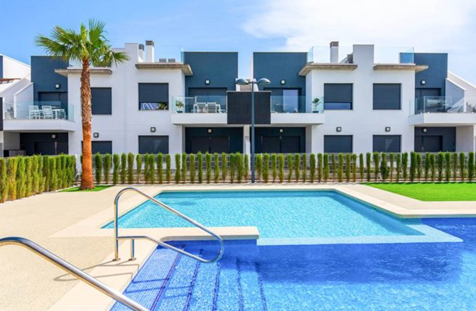 Apartments with 2 communal pools and childrens play area