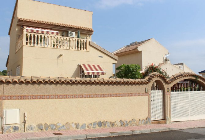 Well-presented villa with private pool and many extras
