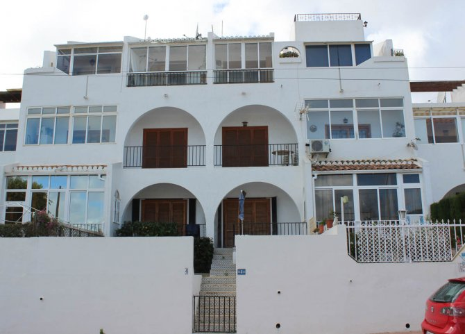 Apartment with pretty community pool, walking distance to facilities