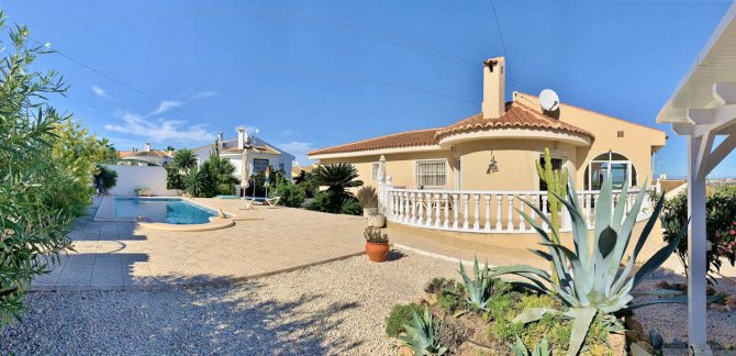 Beautifully presented spacious Villa with basement and private pool.