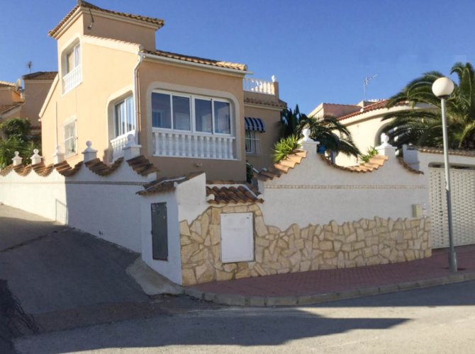 Very well-presented villa with private pool and off-road parking