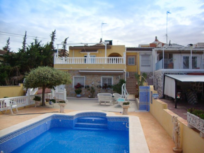 Luxury villa with large pool and fully irrigated garden in quiet residential area