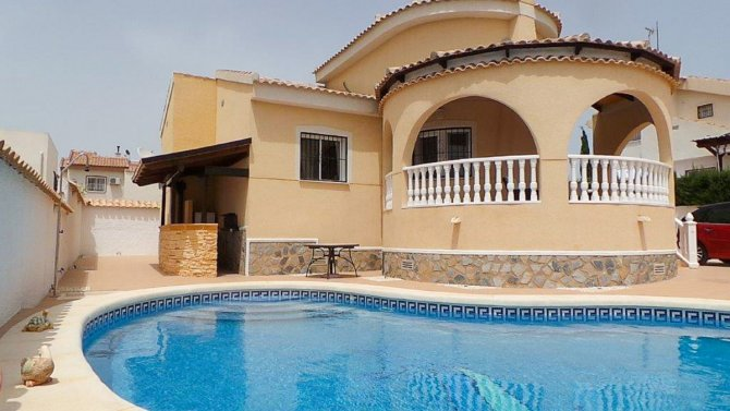 Stunning detached south facing villa with 8 x 4m pool
