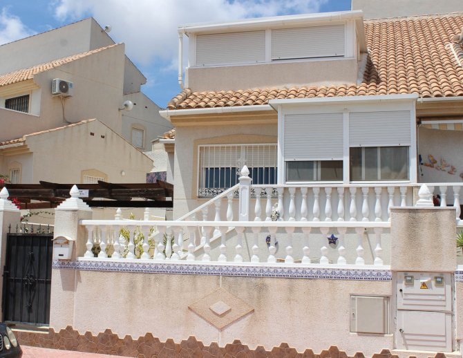 Tastefully presented 2 bedroom villa with nice covered terrace.