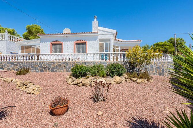 Stunning 3 bed, 2 bath villa, with private pool, landscaped gardens and garage.