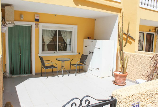 Cosy, 2-bedroom, 1-bathroom apartment on gated community with community pool