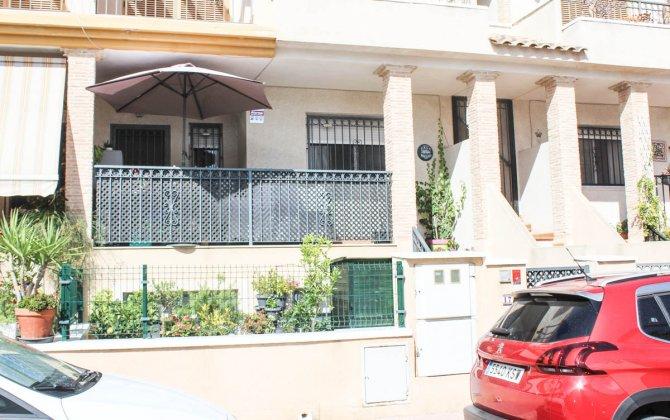 Tastefully presented 2 bed 2 bath duplex apartment in a quaint Spanish village