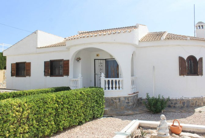 Bright, spacious 3 bed, 2 bath detached villa with private pool and off road parking