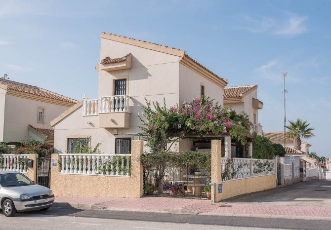 Well presented 3 bedroom detached villa with communal pool