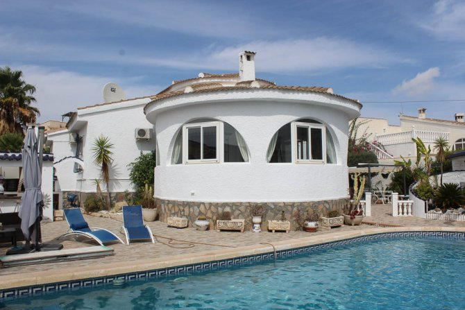 Traditional 3 bed, 2 bath detached villa with garage, private pool, and large private gardens
