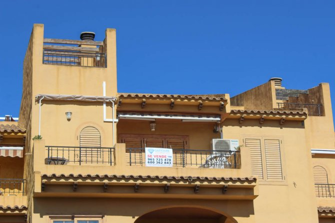 Well presented 2 bed, 1 bath apartment on gated community within 300 meters of the beach