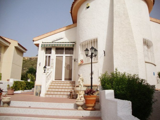 Superbly maintained south facing detached villa