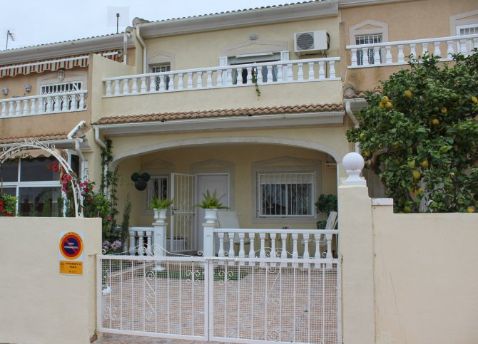 Stunning Lola in Popular Area with Exceptional Communal Pool