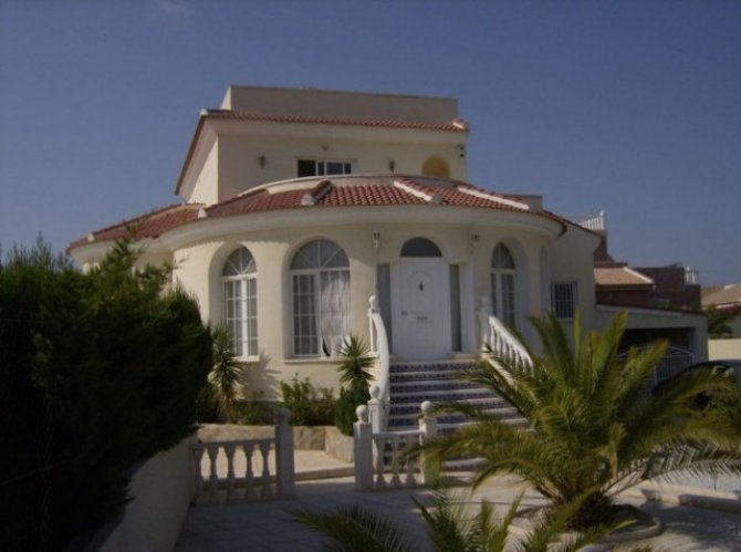 Superb 4 bed, 4 bath detached villa with garage and private pool on 932 m2 plot