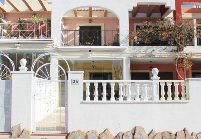 Very tastefully decorated 2 bed townhouse on gated community in heart of Quesada