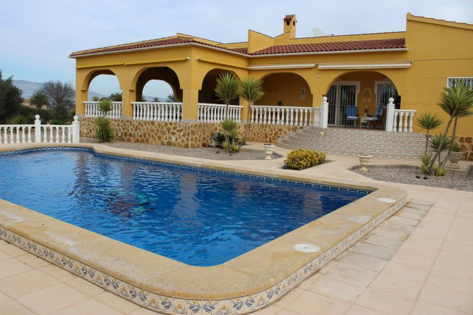 WOW FACTOR Stunning Detached Country Property with 10 x 5 meter pool