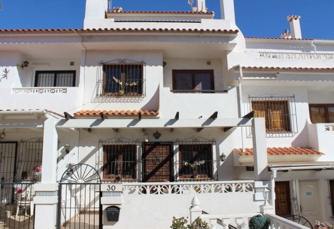 Lovely 3 bedroom townhouse overlooking pool on gated community