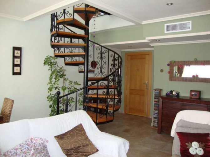 Beautiful and spacious apartment with large solarium offering fantastic views