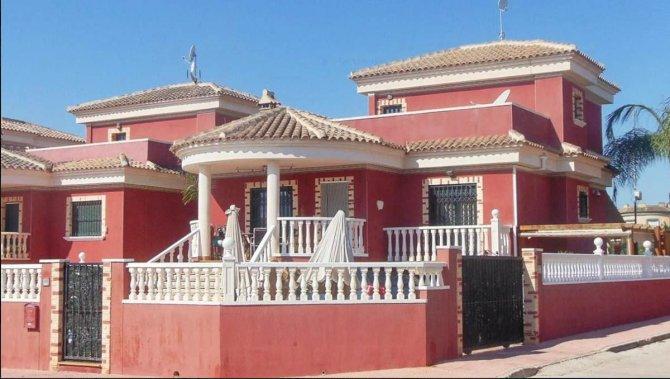Superb 5 bedroom 3 bathroom detached villa with private pool and garage