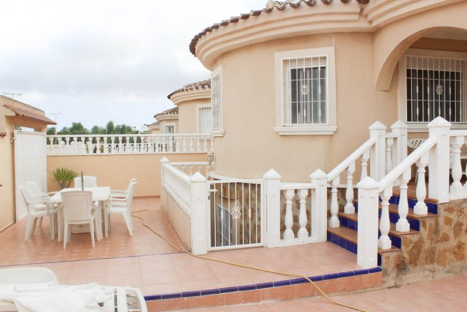 Detached 4 bed 3 bath villa with both private & communal pool and off road parking