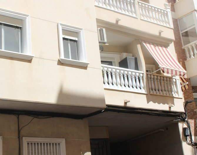 Lovely 2 bed 1 bathroom apartment only 600 meters from the beach