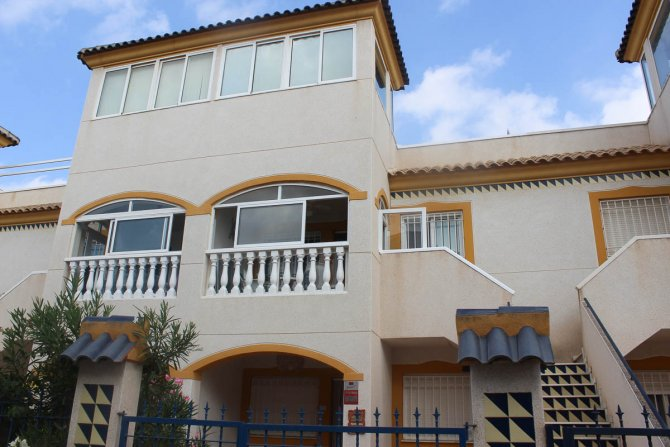 Well presented 2 bed 1 bath apartment with communal pool and off road parking