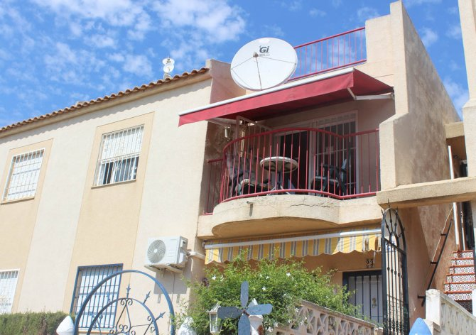 Presentable 3 bed apartment in quiet residential location with large communal pool