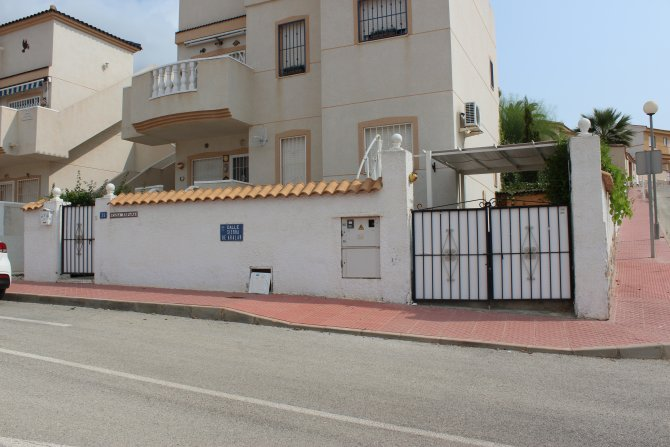 LONG TERM RENTAL (Avail until 30/04/18) - Ground floor apartment in good residential location