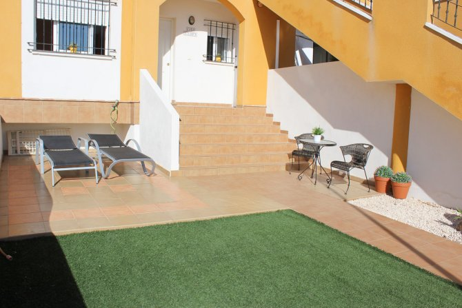 Well Maintained Apartment Overlooking Communal Pool with Underground Parking and car included