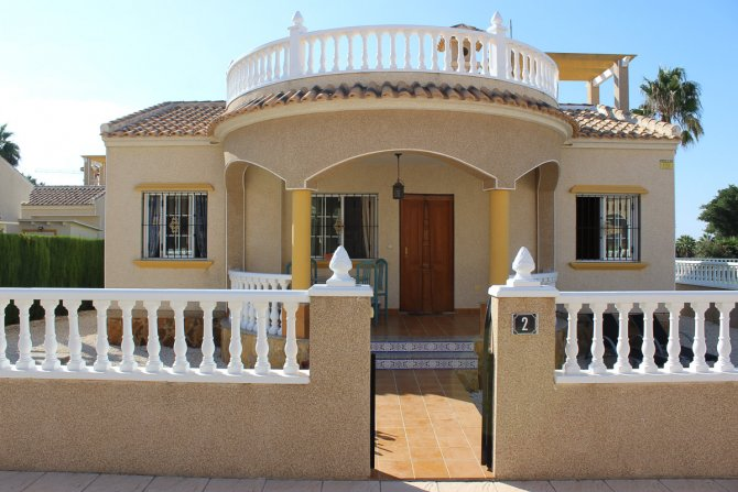 Lovely detached 3 bed, 2 bath villa in El Raso overlooking the pool