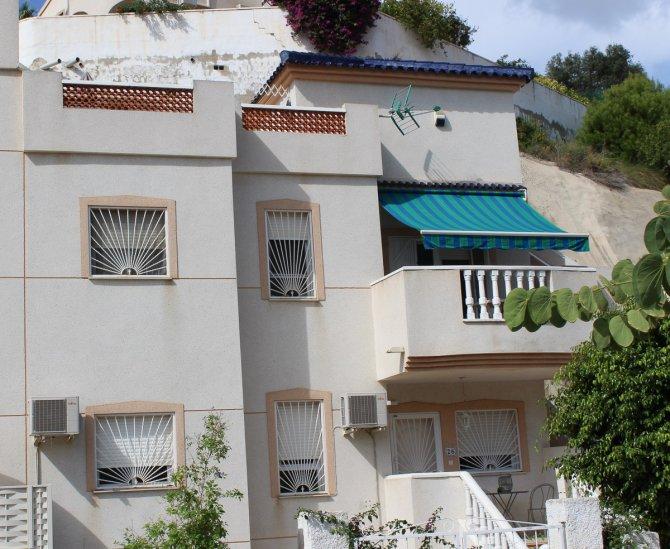 Stylish Top Floor Apartment - Desireable Location