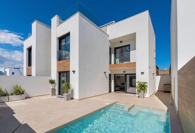 Brand new stunning detached villas with large solarium overlooking park.