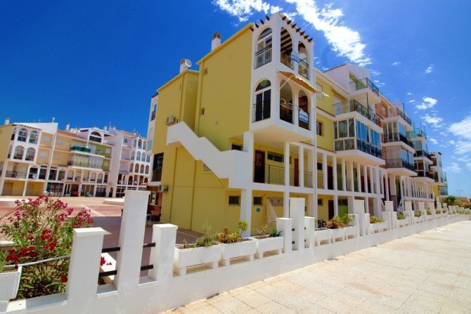 Spacious south facing 1 bedroom seaside apartment walkable to the beach