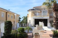 Immaculate semi-detached villa with communal pool in good location (29)