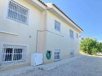 Beautifully presented spacious Villa with basement and private pool. (8)