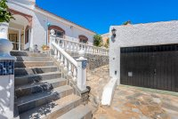 Stunning 3 bed, 2 bath villa, with private pool, landscaped gardens and garage. (16)