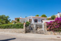Stunning 3 bed, 2 bath villa, with private pool, landscaped gardens and garage. (1)
